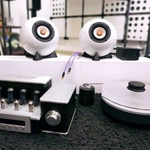 Kugellautsprecher Augarten, Wasami Röhrenverstärker, Plattenspieler RPM 9 und Phono Box DS beides Pro-Ject