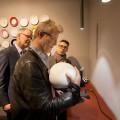 Thomas Rabitsch, Ronald Jaklitsch und Fritz Panzer betrachten den Augarten Porzellan Lautsprecher. Breitband Kugellautsprecher. Porzellan-Gehäuse weißes Augarten Porzellan.