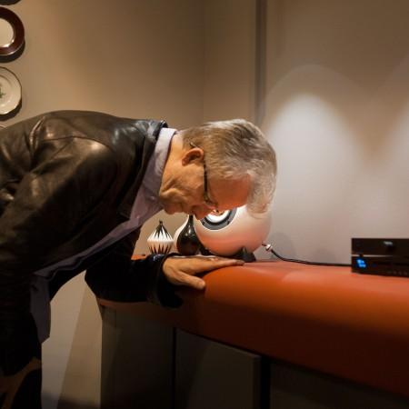 Thomas Rabitsch hört den sound vom Augarten Porzellan Lautsprecher. Gehäuse weißes Augarten Porzellan. Anlage: Pro-Ject Audio, Stereo Box S Phono, CD-Box S.