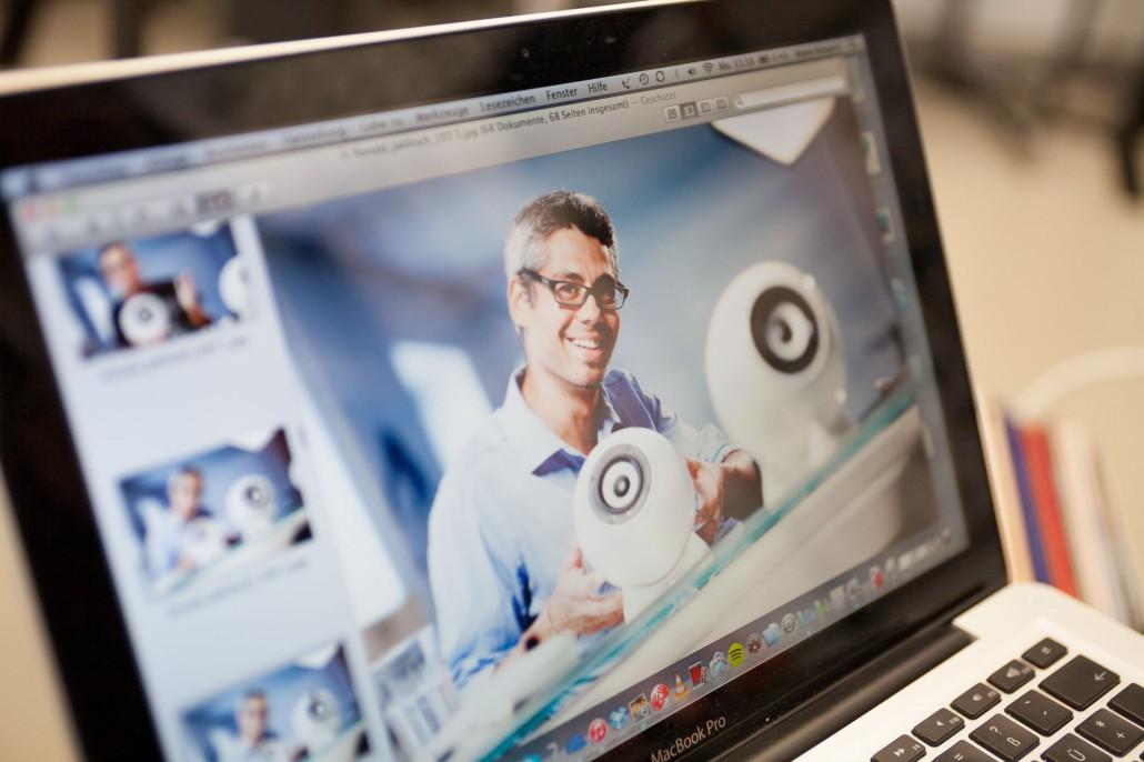 Ronald Jalitsch Designer, glücklich mit dem Kugellautsprecher im MacBook Pro.