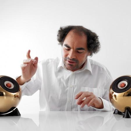 Kajetan Dick hört Schubert. Die Musik kommt aus Porzellan Kugellautsprechern mit einer Bambuspapier Membrane und einem Kupfer Phase Plug. Superior, gold.