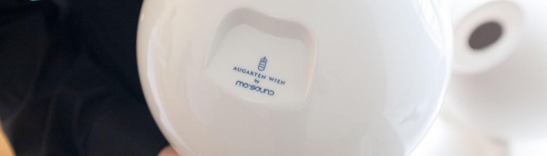 Ronald Jaklitsch hält das Augarten Lautsprechergehäuse von hinten fotografiert mit blauem Logo Augarten by mo° sound.