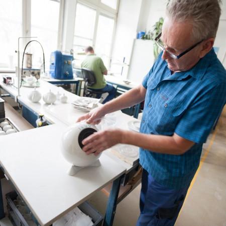 Qualitätskontrolle in der Manufaktur Augarten Wien.