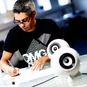 Ronald Jaklitsch, designt seine Innovation den Porzellan Kugellautsprecher.