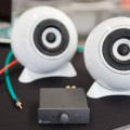 2 Kugellautsprecher classic weiß, Stereobox S, Digital-Verstärker von Pro-Ject, handgefertigte Kabel by mo° sound.