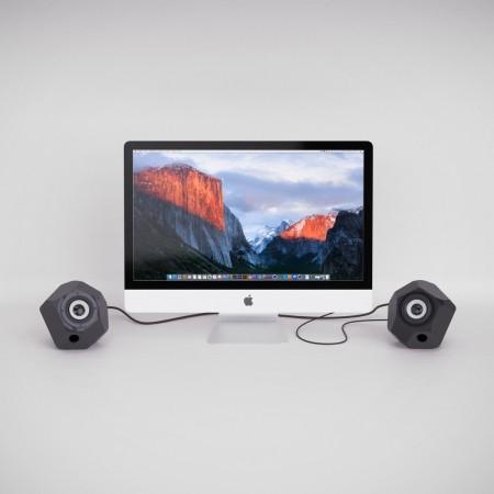 2 schwarze 3D gedruckte Lautsprecherboxen und ein iMac