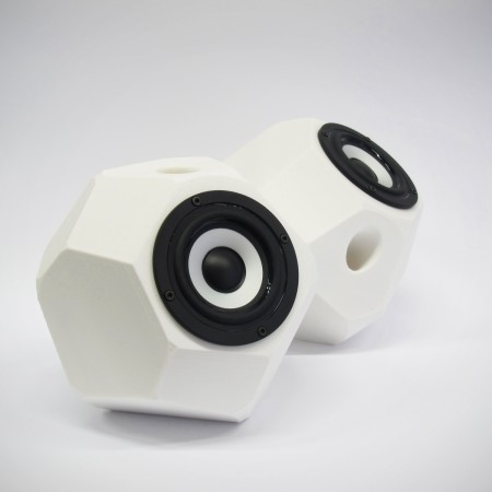 Eckig-runde aktiv Lautsprecher, 3D gedruckte Gehäuse, Breitbandlautsprecher Chassis, goldene Steckverbindungen. Farbe: weiß