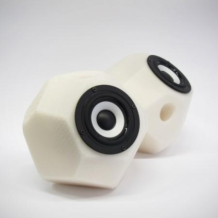 Eckig-runde aktiv Lautsprecher, 3D gedruckte Gehäuse, Breitbandlautsprecher Chassis, goldene Steckverbindungen. Farbe: opak