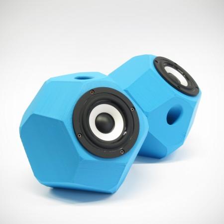 Eckig-runde aktiv Lautsprecher, 3D gedruckte Gehäuse, Breitbandlautsprecher Chassis, goldene Steckverbindungen. Farbe: blau