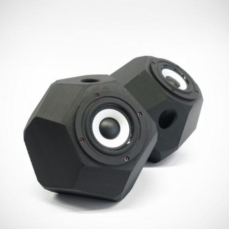 Eckig-runde aktiv Lautsprecher, 3D gedruckte Gehäuse, Breitbandlautsprecher Chassis, goldene Steckverbindungen. Farbe: schwarz