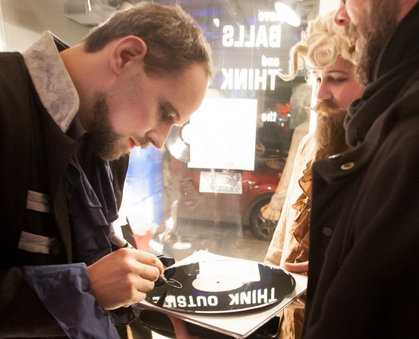 Johann Seabstian Bass unterschreiben eine Schallplatte im mo° sound store