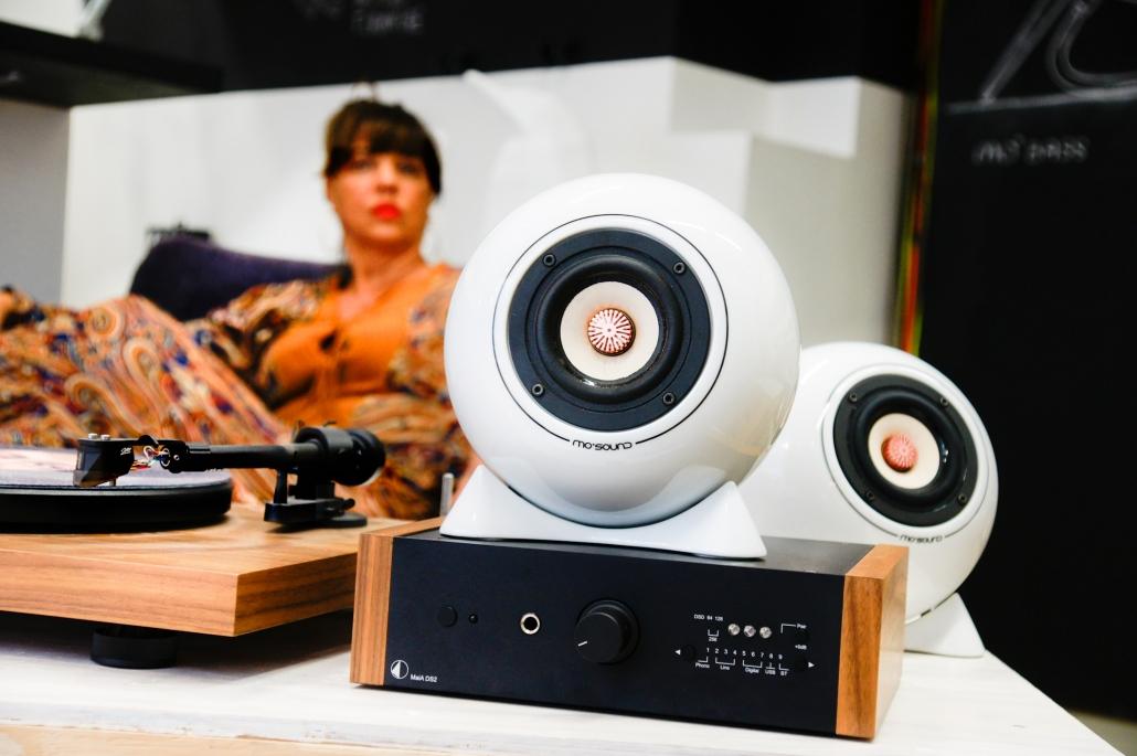 Nussholzplattenspieler mit MaiA Verstärker von pro-ject audio und Kugellautsprecher aus Porzellan mit Bambuspapier-Membrane