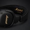 Kopfhörer mit Focus auf Marshall Logo