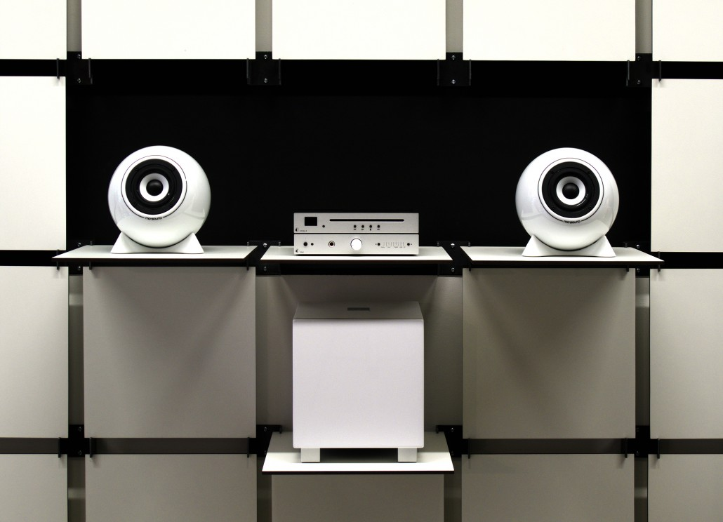 Ball Speakers classic, white, MaiA amplifier, CD-Player and REL Subwoofer all in white.